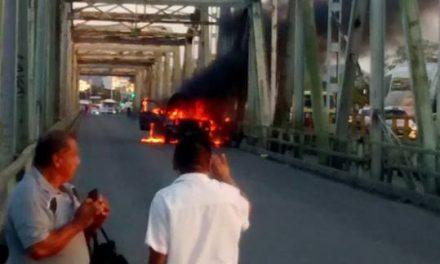 De última hora: Vehículo incendiado en el puente Cazones I
