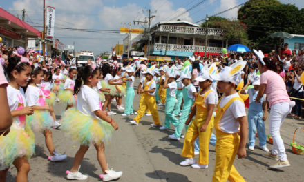 Con colorido desfile reciben a la Primavera