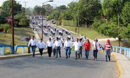 Participan autoridades municipales en desfile