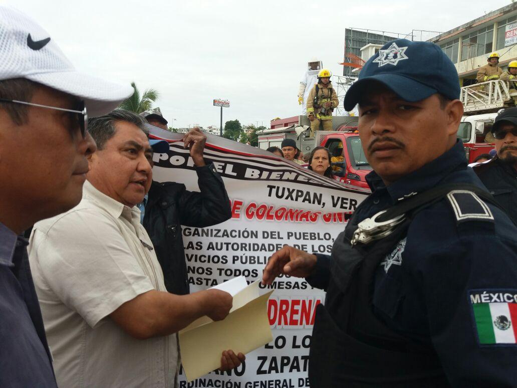Tuxpan: Habitantes se manifiestan en el desfile.