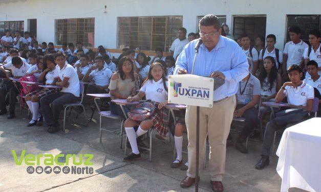 Toño Aguilar y directivos de NATURGY entregaron 68 becas de estudio a estudiantes del Telebachillerato de Aire Libre km 15