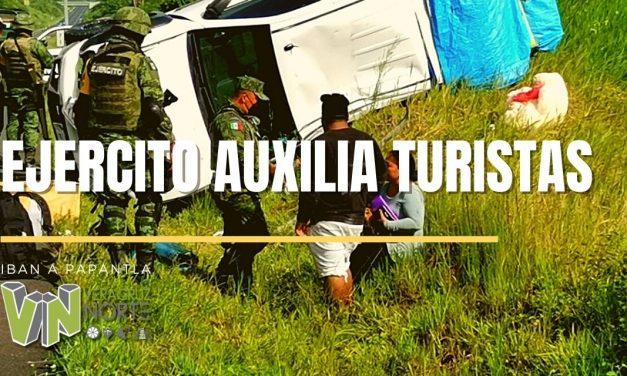 PAPANTLA: Ejército Mexicano presta auxilio a turistas en accidente carretero